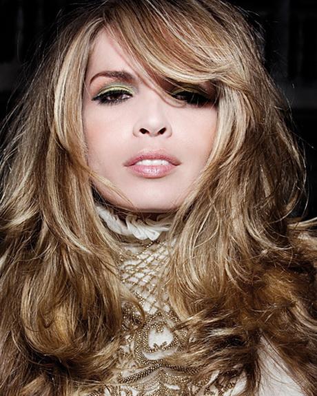 Dunkle strähnen in blondes haar